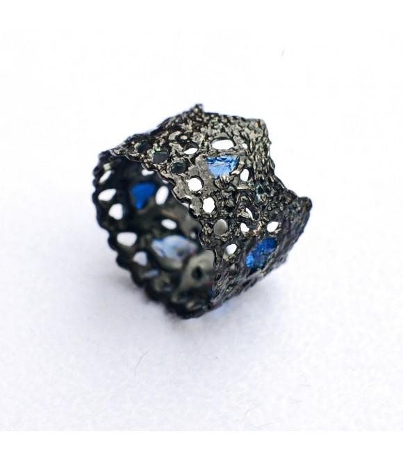 Кольцо Alchemica «Чёрное кружево» с синей шпинелью